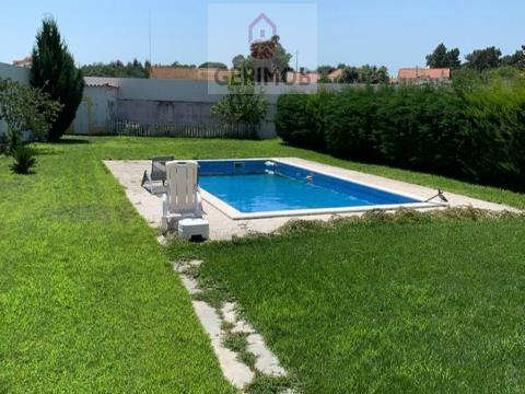 Moradia com piscina, situada em condomínio fechado. Preço: 400.000 euros