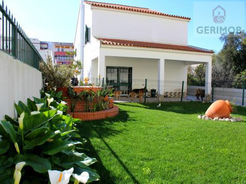 Moradia V5 com Jardim e Churrasqueira em Pinhal Novo (Palmela)