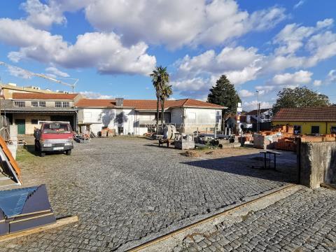 Estabelecimento comercial composto por loja, dois armazéns, apartamento T4 e logradouro