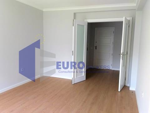 Apartamento T2 em Monte dos Burgos