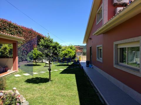 Vivenda T4 remodelada em Felgueiras com suite, jardim e garagem para 2 carros