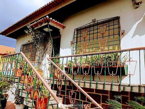 Moradia T4 duplex com suíte, garagem box e ampla área verde