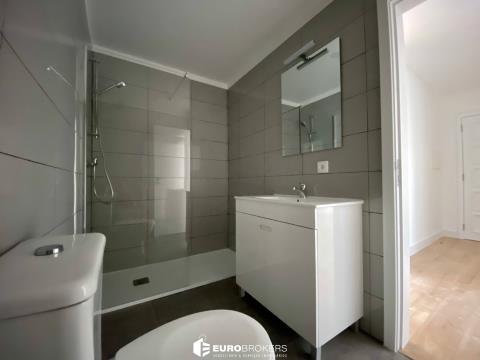 Apartamento T2 remodelado em Monte dos Burgos