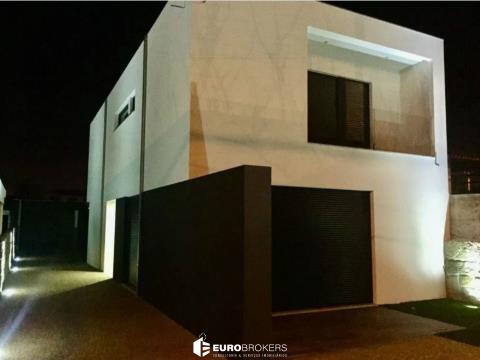 Moradia T3 de luxo com jardim e garagem box