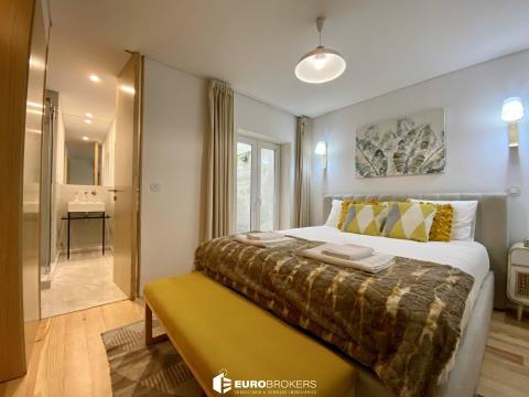 Apartamento T1 com terraço privativo, mobilado e equipado como novo na Rua de Camões.