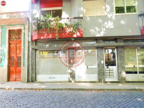 Loja c/ 2 pisos na Praça da Corujeira