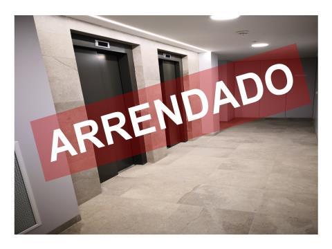 T2 NOVO - ARRENDAMENTO - COZINHA EQUIPADA - 2 LUGARES DE ESTACIONAMENTO E ARRECADAÇÃO