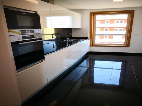 T4+1 - Venda - 196,20 m2 +Terraço com 60 m2 - 4 Lugares de Estacionamento e Arrecadação