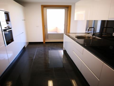 T2 - Venda - 121,30 m2 - 1 Lugar de Estacionamento e Arrecadação