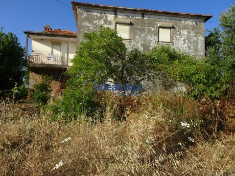 Casa com terreno e vistas sobre o campo