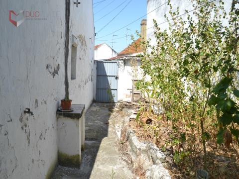 Moradia V2 em Sarilhos Grandes com quintal para remodelação total