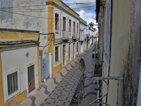 Prédio para reabilitação total, localizado na área de reabilitação urbana (ARU) da Cidade do Montijo
