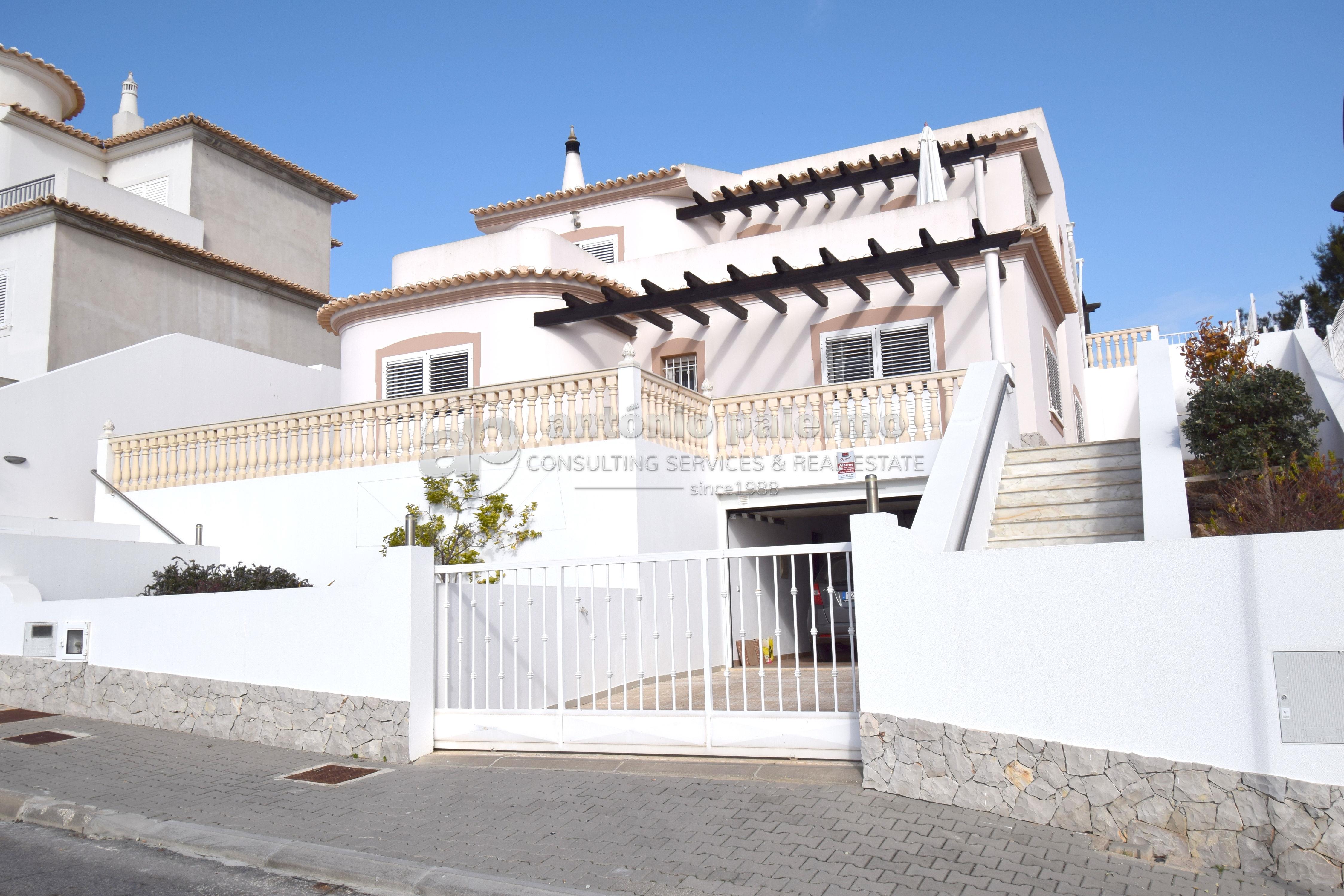 Maison individuelle à vendre, avec 4 chambres, garage et piscine.