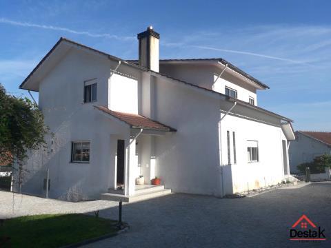 Moradia T4 com boas áreas e com excelente espaço exterior