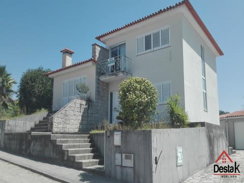 Moradia T4 situada Vilarinho, a 4Km do centro da vila de Oliveira de Frades.