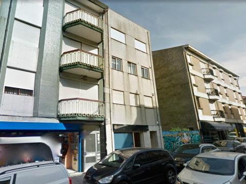 Apartamento T2 triplex muito bem localizado.