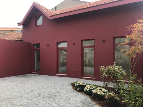 Casa ao Colégio do Rosário - Boavista, jardim, 3 quartos (1 suite), Sala e Sala de Jantar com óptima