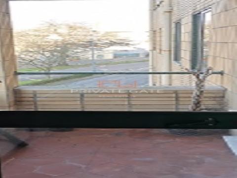 t2 para alugar junto ao fluvial com varanda e lugar de garagem