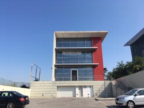 Amplo escritório com 485 m², em Paço de Arcos, perto do centro comercial Oeiras Parque!