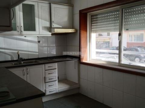 Apartamento T1+1 na Rés do Chão c/ Lugar de Garagem em Santa Marinha