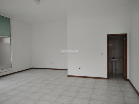 Loja com 47.25 m² e ampla montra em vidro, próximo do Baloiço Serra do Muro!