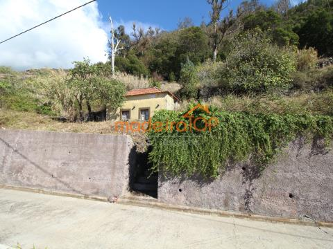 Moradia de Pedra com 60 m2 inserida em Terreno Com 7380 m2.