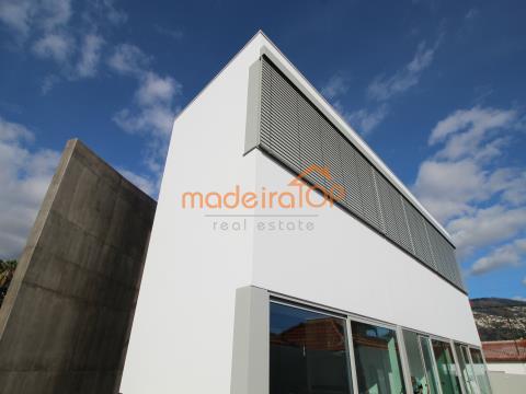 Fantástica Moradia V3 de estilo contemporâneo em fase de acabamentos no Funchal.
