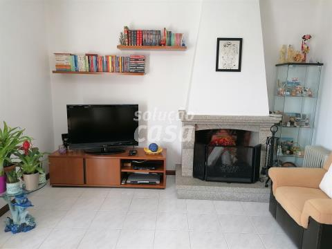 Apartamento T3 com varandas e garagem box em Lourosa
