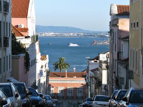 Apartamento T1 na Calçada Castelo Picão - Remodelado -  Madragoa. Estrela