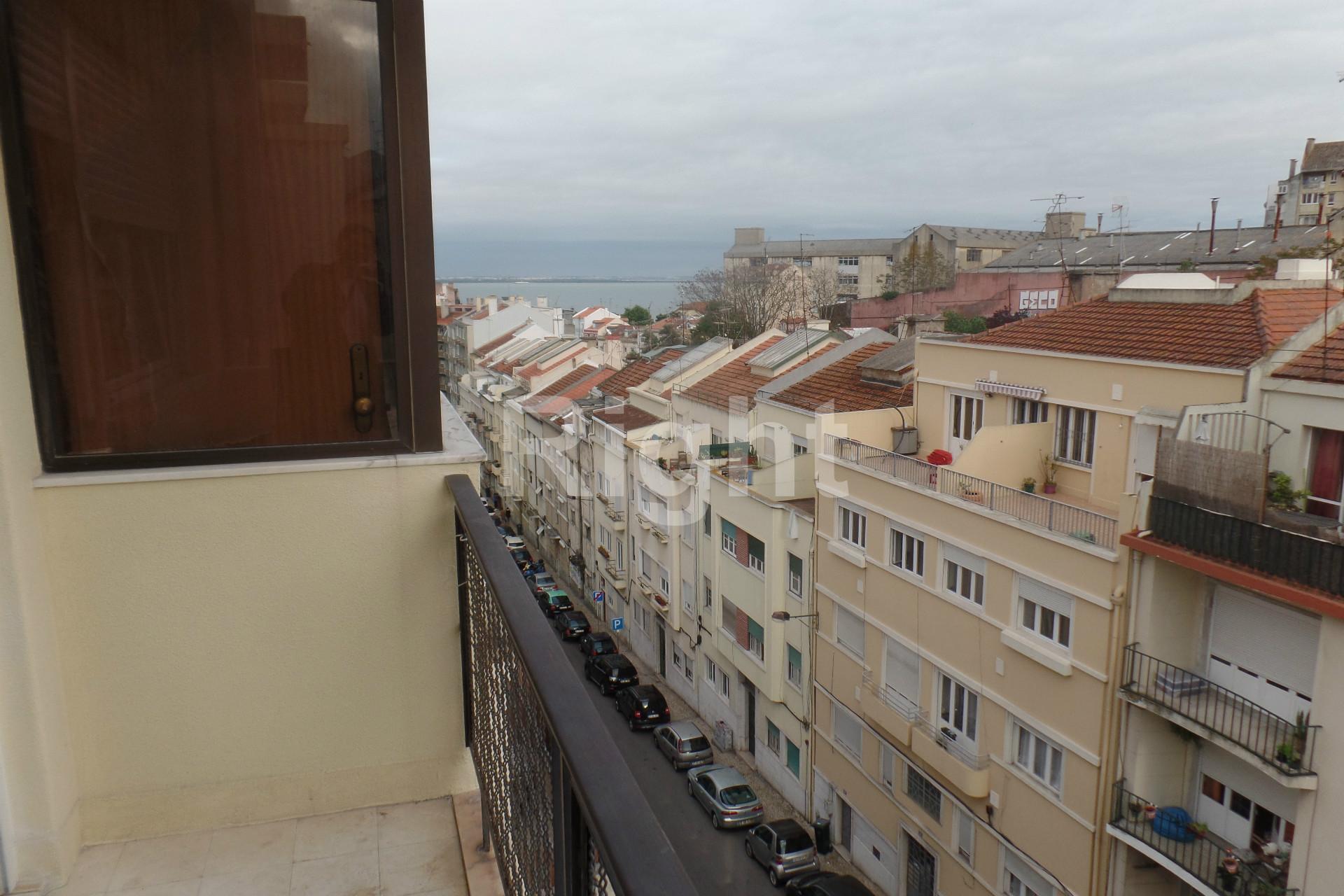 Apartamento T2 remodelado com cozinha semi-equipada em Lisboa