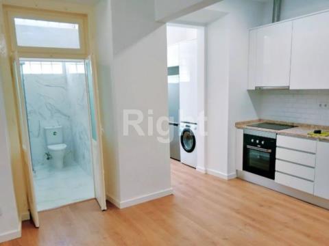 Apartamento T2 remodelado em Campolide