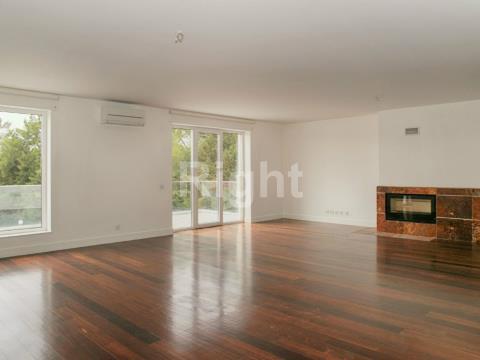 Apartamento T6 duplex com acabamentos de luxo no Estoril