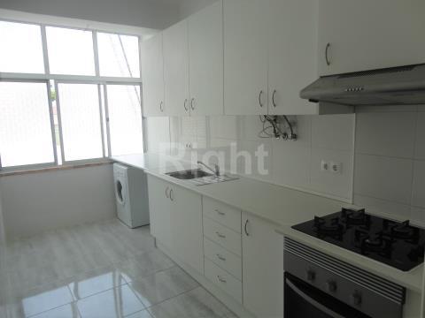 Apartamento T2 com vista desafogada na Amadora