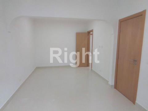 Apartamento T2 remodelado na Damaia de Cima