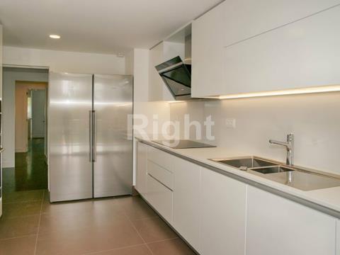 Apartamento T6 duplex com boas áreas e acabamentos de luxo no Estoril