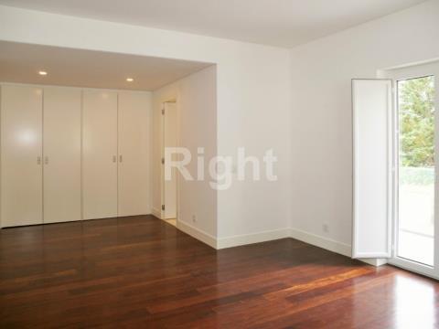 Apartamento T4 em duplex com boas áreas e acabamentos de luxo no Estoril
