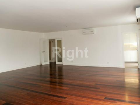 Apartamento T5 em duplex com boas áreas e acabamentos de luxo no Estoril