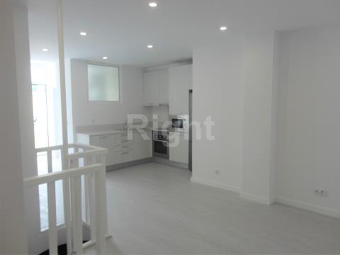 Apartamento T2+1 com logradouro totalmente remodelado em Campolide