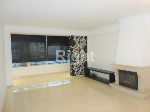 Apartamento T2+1 com um lugar de estacionamento e arrecadação em Linda-a-Velha