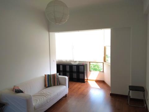 Apartamento T2 mobilado com vista desafogada em São Domingos de Benfica