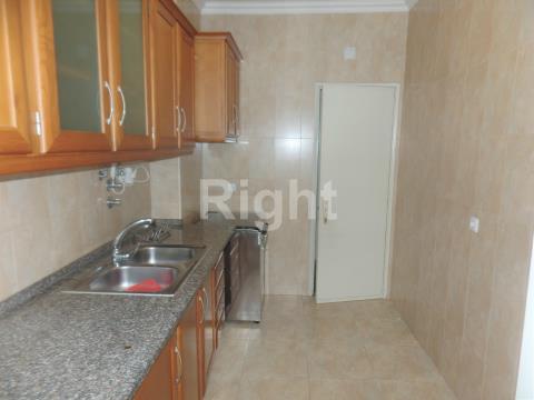 Apartamento T4 com cozinha equipada em Benfica