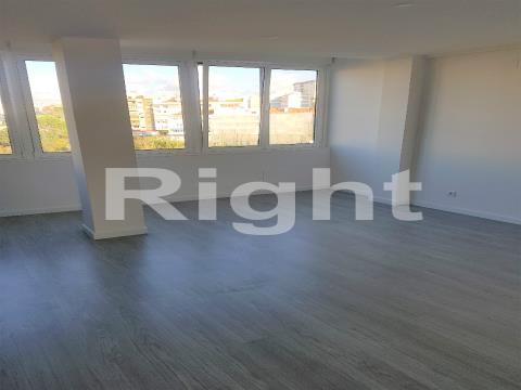 Apartamento T3 remodelado em Benfica