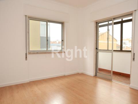 Apartamento T2 remodelado no Cacém