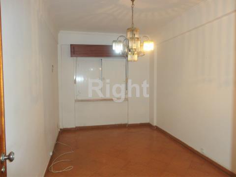 Apartamento T2 para remodelar na Amadora