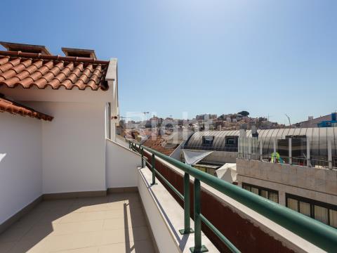 Apartamento T2 duplex com parqueamento e terraço em Arroios