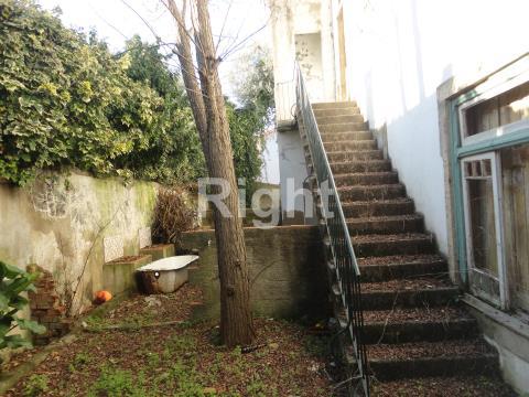 Prédio com logradouro para reabilitar em Oeiras