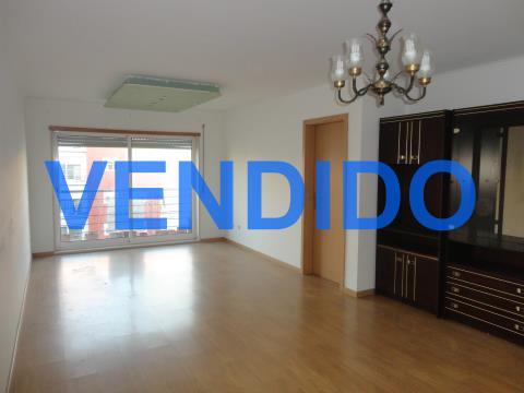 Apartamento 4 assoalhadas com garagem na Ameixoeira/Lisboa