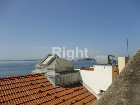 Prédio devoluto para recuperar, próximo da Sé de Lisboa