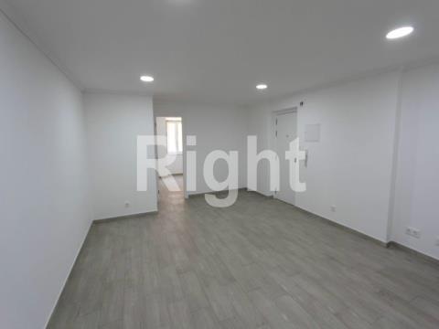 Apartamento T1 totalmente remodelado em Campolide