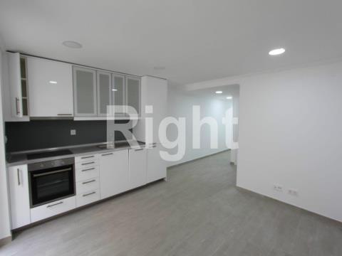 Apartamento T1 totalmente remodelado com logradouro em Campolide